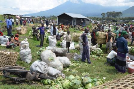 Des vendeurs qui exposent leurs produits au marché de Kibumba ( Credit Photo: Jean Paul Kasereka )