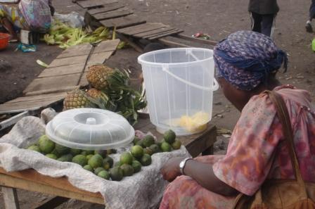Une vendeuse d'ananas dans un petit marché pirate de Bireré